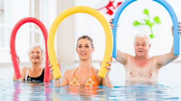 Quema calorías dentro de la piscina con estos ejercicios