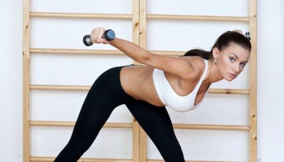 La mejor forma de tonificar el abdomen en casa abdominales con pesas